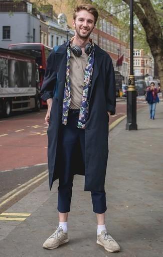 Comment porter des chaussures de sport beiges: Marie un trench bleu marine avec un pantalon chino bleu marine pour prendre un verre après le travail. Une paire de des chaussures de sport beiges apporte une touche de décontraction à l'ensemble.