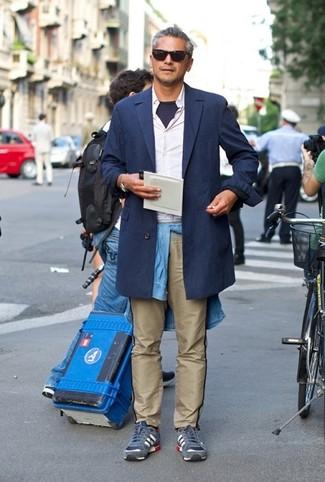 Comment porter: trench bleu marine, chemise à manches longues blanche, chemise en jean bleu clair, t-shirt à col rond bleu marine