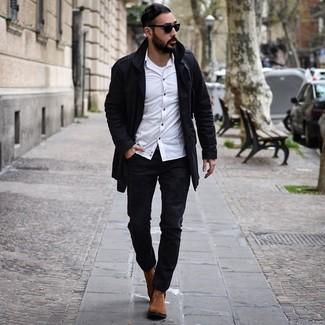 Comment porter un trench noir: Porte un trench noir et un jean déchiré noir pour un déjeuner le dimanche entre amis. Ajoute une paire de des bottines chelsea en daim tabac à ton look pour une amélioration instantanée de ton style.
