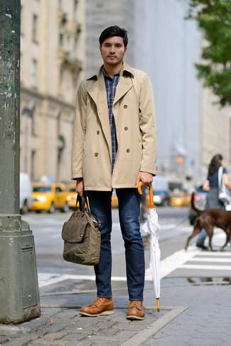 Comment porter: trench marron clair, chemise à manches longues écossaise bleu marine, jean bleu marine, bottes de travail en cuir marron clair
