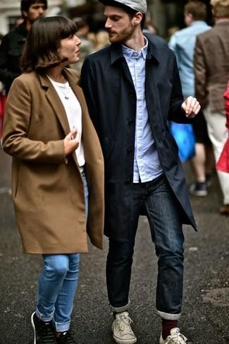 Comment porter: trench noir, chemise à manches longues bleu clair, jean bleu marine, baskets basses en toile blanches