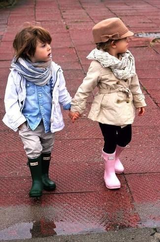 Comment porter: trench blanc, chemise à manches longues en denim bleu clair, jean gris, bottes de pluie vert foncé