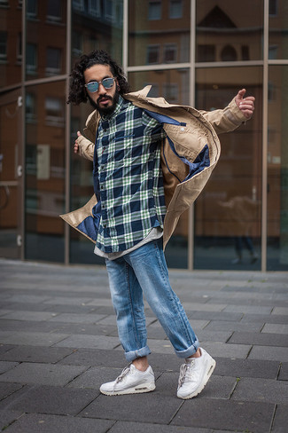Comment porter: trench marron clair, chemise à manches longues écossaise bleu marine, jean bleu, chaussures de sport blanches