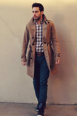 Comment porter: trench marron, chemise à manches longues écossaise blanc et rouge et bleu marine, jean bleu marine, baskets montantes en cuir marron foncé