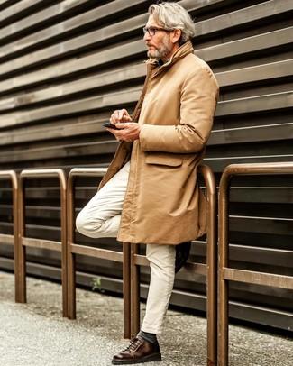 Comment porter: trench marron clair, chemise à manches longues en chambray bleue, jean blanc, baskets basses en cuir marron foncé
