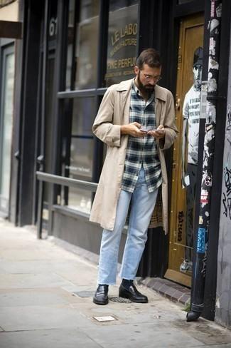 Tendances mode hommes: L'association d'un trench beige et d'un jean bleu clair est parfaite pour une soirée ou les occasions chic et décontractées. Opte pour une paire de des slippers en cuir noirs pour afficher ton expertise vestimentaire.