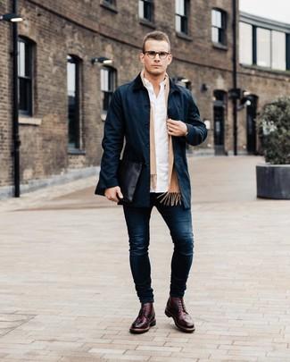 Comment porter: trench bleu marine, chemise à manches longues blanche, jean skinny bleu marine, chaussures brogues en cuir bordeaux
