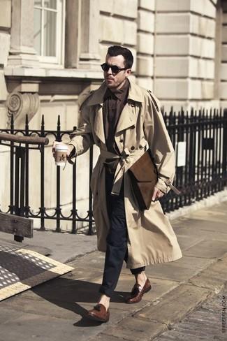 Comment porter: trench marron clair, chemise à manches longues marron foncé, pantalon chino noir, mocassins à pampilles en cuir marron