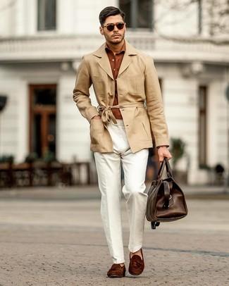 Comment porter: trench en lin marron clair, chemise à manches longues tabac, pantalon chino en lin blanc, mocassins à pampilles en daim marron foncé