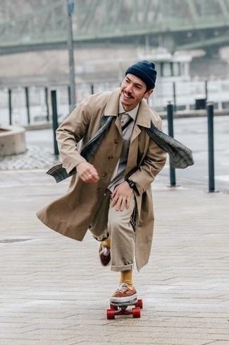 Comment porter un pantalon chino beige: Pense à harmoniser un trench marron clair avec un pantalon chino beige pour prendre un verre après le travail. Jouez la carte décontractée pour les chaussures et complète cet ensemble avec une paire de des baskets basses en toile marron.
