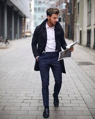 Comment porter un trench noir: Harmonise un trench noir avec un pantalon de costume à rayures verticales bleu marine pour une silhouette classique et raffinée. Une paire de des double monks en cuir noirs est une option judicieux pour complèter cette tenue.