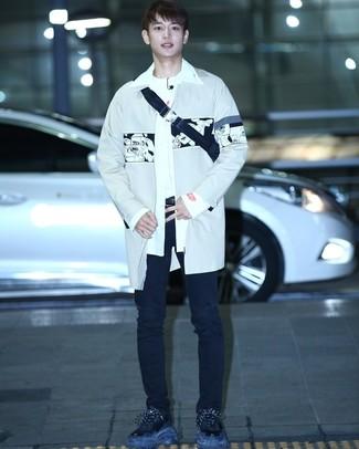 Comment porter: trench gris, chemise à manches longues blanche, t-shirt à col rond blanc, jean déchiré noir