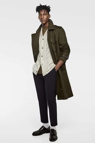 Comment porter: trench olive, chemise à manches longues à rayures verticales beige, t-shirt à col rond olive, pantalon chino en laine noir