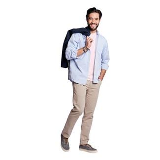 Comment porter: trench bleu marine, chemise à manches longues bleu clair, t-shirt à col rond rose, pantalon chino beige
