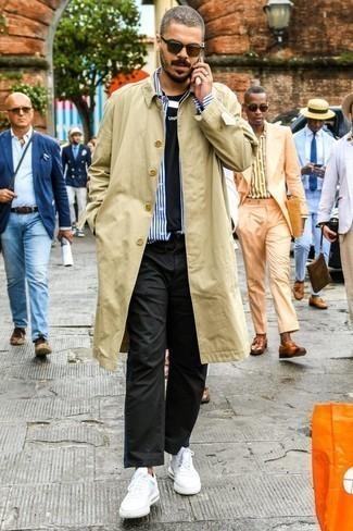Comment porter des baskets basses en cuir blanches en automne: Essaie d'harmoniser un trench marron clair avec un pantalon chino noir pour créer un look chic et décontracté. Si tu veux éviter un look trop formel, assortis cette tenue avec une paire de des baskets basses en cuir blanches. Cette tenue est un parfait exemple du look hyper automnal.