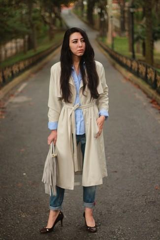 Comment porter une pochette en daim grise: Pense à opter pour un trench beige et une pochette en daim grise pour créer un look génial et idéal le week-end. Termine ce look avec une paire de des escarpins en cuir marron foncé.