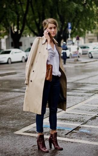 Pense à marier un trench beige avec un jean bleu marine pour achever un look chic. Une paire de des bottines en cuir bordeaux est une option astucieux pour complèter cette tenue.