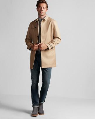 Comment porter: trench marron clair, chemise de ville bleu clair, jean bleu marine, bottines chelsea en daim gris foncé