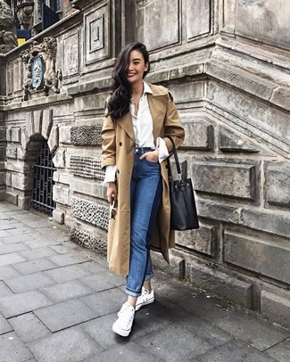 Comment porter: trench marron clair, chemise de ville blanche, jean bleu, baskets basses en toile blanches