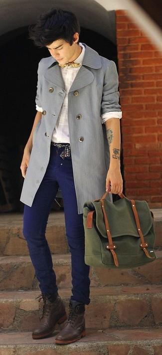 Comment porter: trench gris, chemise de ville blanche, jean bleu marine, bottes habillées en cuir marron foncé