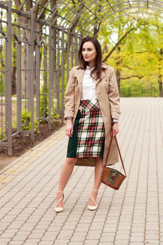 Comment porter: trench marron clair, chemise de ville blanche, jupe crayon écossaise vert et rouge, escarpins en cuir beiges
