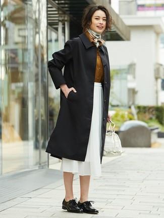 Comment porter: trench noir, chemise de ville tabac, jupe mi-longue en chiffon blanche, chaussures richelieu en cuir noires