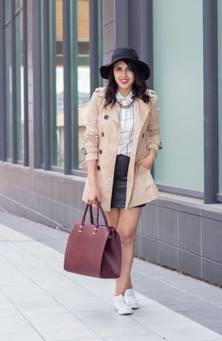 Comment porter: trench beige, chemise de ville à carreaux blanche et noire, minijupe en cuir noire, baskets basses blanches