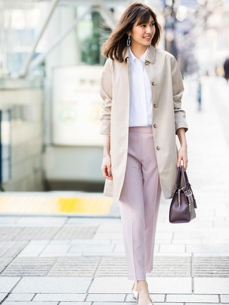 Comment porter un pantalon carotte rose: Harmonise un trench beige avec un pantalon carotte rose pour un look élégant et soigné. Jouez la carte décontractée pour les chaussures et choisis une paire de des ballerines en cuir argentées.