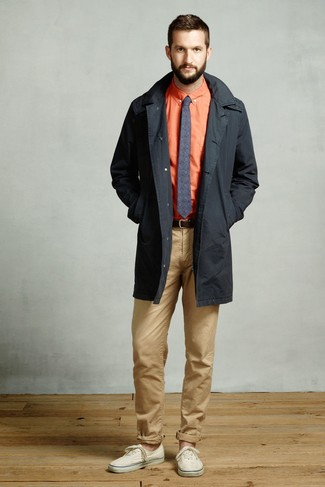 Comment porter: trench noir, chemise de ville orange, pantalon chino marron clair, baskets basses en toile beiges