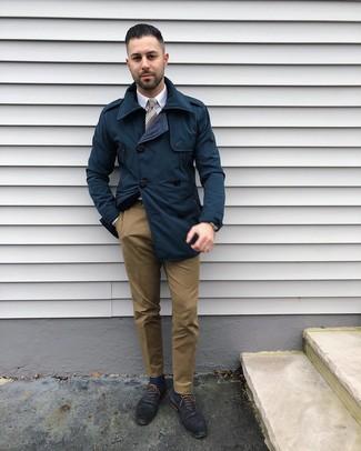 Comment porter: trench bleu marine, chemise de ville blanche, pantalon chino marron, chaussures richelieu en cuir bleu marine