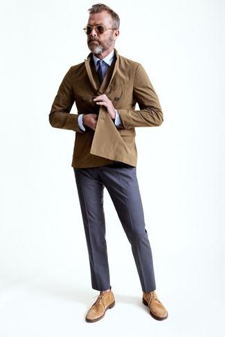Comment porter: trench marron, chemise de ville blanche, pantalon de costume gris, bottines chukka en daim marron clair