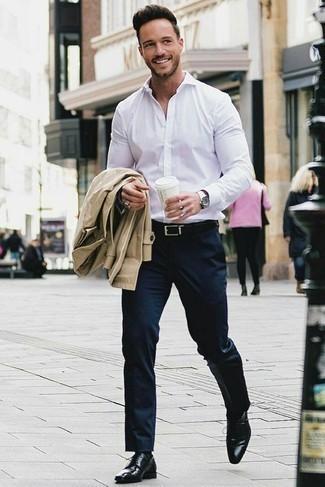 Comment porter un pantalon de costume bleu marine: Associe un trench marron clair avec un pantalon de costume bleu marine pour un look classique et élégant. Jouez la carte décontractée pour les chaussures et complète cet ensemble avec une paire de des chaussures derby en cuir noires.