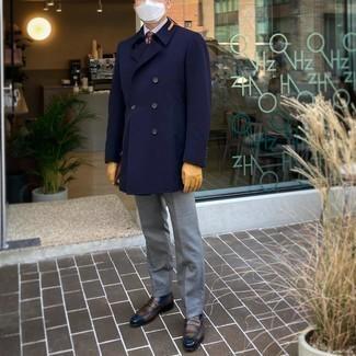 Tendances mode hommes: Harmonise un trench bleu marine avec un pantalon de costume gris pour un look pointu et élégant. Pour les chaussures, fais un choix décontracté avec une paire de slippers en cuir marron.