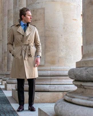 Comment s'habiller au printemps: Pense à harmoniser un trench beige avec un pantalon de costume marron foncé pour dégager classe et sophistication. Jouez la carte décontractée pour les chaussures et complète cet ensemble avec une paire de mocassins à pampilles en cuir bordeaux. On trouve que pour le printemps ce look est idéal.