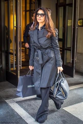 Comment porter: trench noir, chemise de ville bleu marine, pantalon flare noir, bottines en daim noires