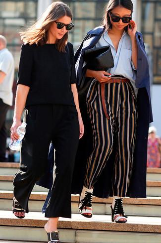 Comment porter: trench bleu marine, chemise de ville bleu clair, pantalon style pyjama à rayures verticales noir, bottines en cuir découpées blanches