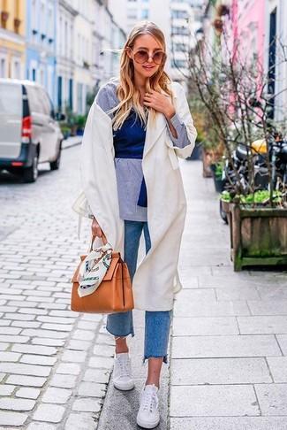 Comment porter une chemise de ville en chambray bleu clair en automne: Harmonise une chemise de ville en chambray bleu clair avec un jean bleu pour créer un style chic et glamour. Tu veux y aller doucement avec les chaussures? Fais d'une paire de baskets basses blanches ton choix de souliers pour la journée. Une super idée de tenue pour cette saison.