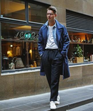 Comment porter un trench bleu marine: Pense à associer un trench bleu marine avec un pantalon chino en lin noir si tu recherches un look stylé et soigné. D'une humeur créatrice? Assortis ta tenue avec une paire de des baskets basses blanches.