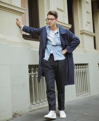 Comment porter: trench bleu marine, chemise en jean bleu clair, t-shirt à col rond blanc, pantalon chino noir