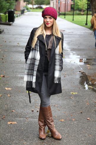 Comment porter: trench noir, chemisier à manches courtes noir, jean skinny gris, bottes hauteur genou en cuir marron