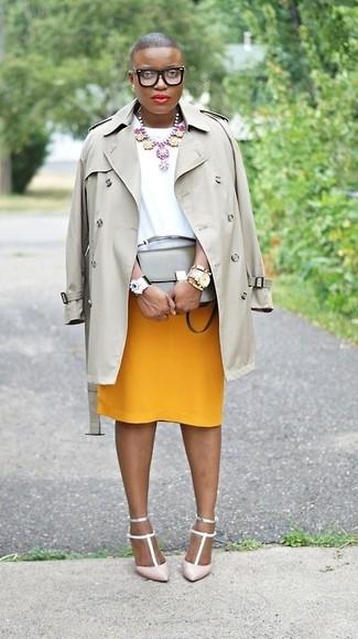 Comment porter: trench gris, chemisier à manches courtes blanc, jupe crayon moutarde, escarpins en cuir roses