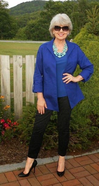Comment porter un chemisier à manches courtes bleu: Pour créer une tenue idéale pour un déjeuner entre amis le week-end, opte pour un chemisier à manches courtes bleu avec un pantalon slim noir. Une paire de escarpins en cuir noirs s'intégrera de manière fluide à une grande variété de tenues.