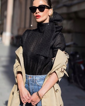 Comment porter: trench marron clair, chemisier à manches longues noir, jean bleu, lunettes de soleil noires
