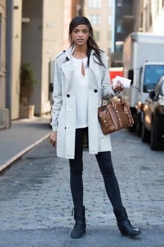 Comment porter: trench gris, chemisier à manches longues blanc, jean skinny noir, bottes mi-mollet en cuir noires