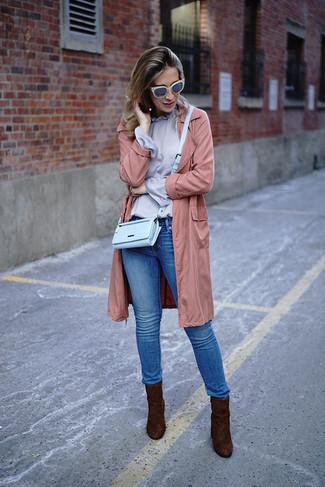 Comment porter: trench léger rose, chemisier à manches longues violet clair, jean skinny bleu, bottines en daim marron foncé