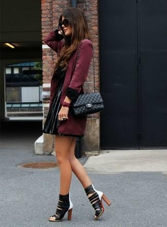 Porte un trench bordeaux et une minijupe en cuir plissée noire pour une tenue raffinée mais idéale le week-end. Choisis une paire de des sandales à talons en cuir noires et blanches pour afficher ton expertise vestimentaire.