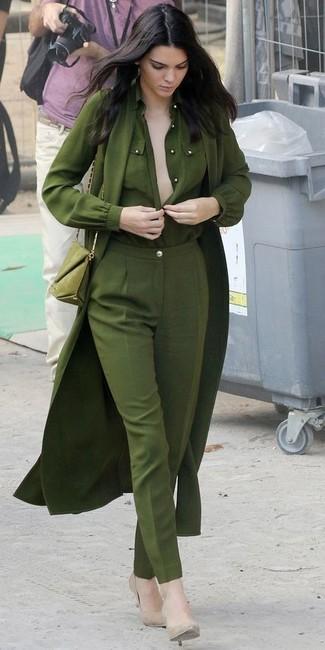 Tenue de Kendall Jenner: Trench léger olive, Chemisier boutonné olive, Pantalon de costume olive, Escarpins en cuir beiges