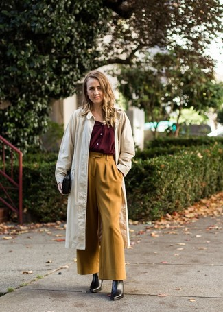 Comment porter: trench beige, chemisier boutonné bordeaux, pantalon large moutarde, bottines en cuir noires