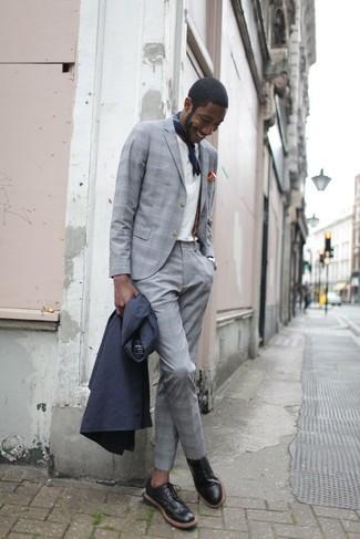 Comment porter: trench bleu marine, costume à carreaux gris, chemise de ville blanche, chaussures brogues en cuir noires