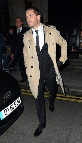 Comment porter: trench marron clair, costume noir, chemise de ville blanche, chaussures richelieu en cuir noires